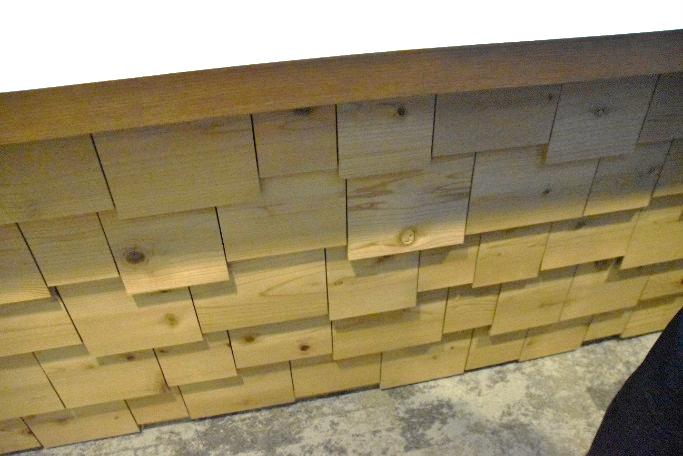廃材を利用しデコレートされた壁
